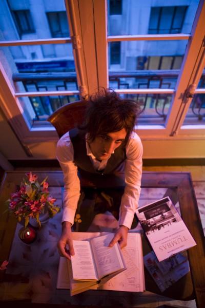 Igor_Paskual_01 Con libro tumbas